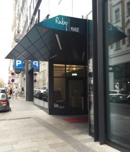 Der Eingang zum Hotel, gleich links daneben der Eingang in den Pop Up-Store